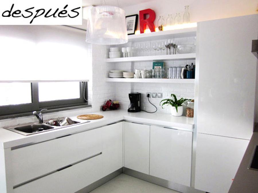 Cocina remodelada con muebles blancos sin jaladeras