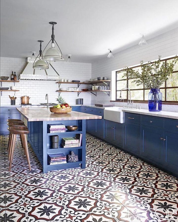 Cocina en color azul y azulejos geométricos en el piso