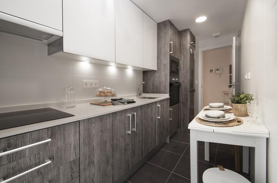 Cocina moderna en tonos gris y blanco