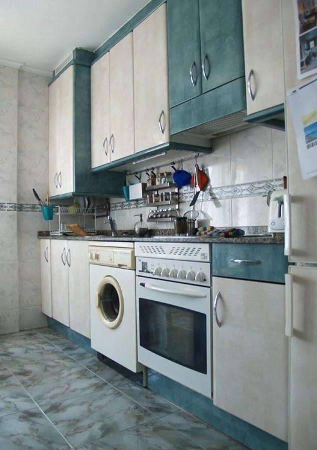 Cocina clásica con muebles en tonos beige y verde