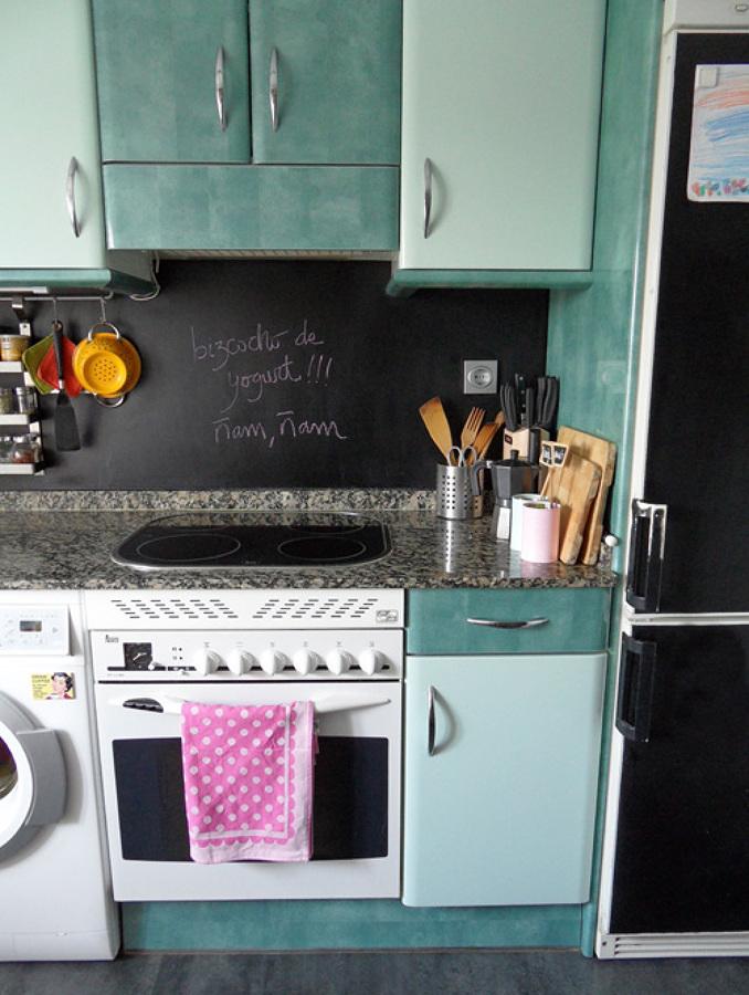 Cocina remodelada con pared de pizarrón