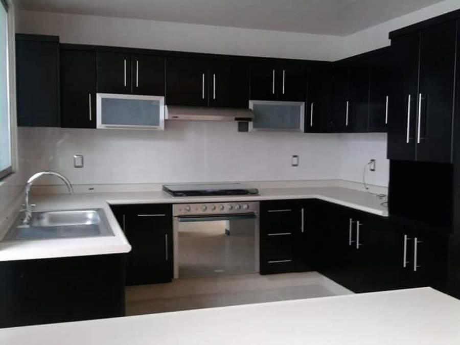 Foto cocina en u color chocolate con cornisa de for Cocinas integrales en u