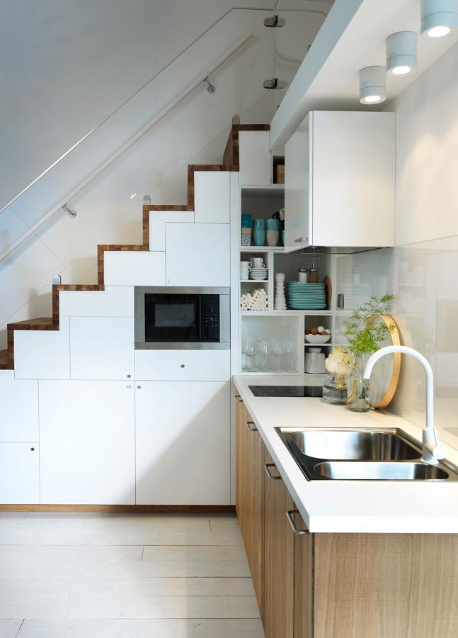 Foto cocina peque a con alacenas bajo la escalera 271042 for Escalera de cocina