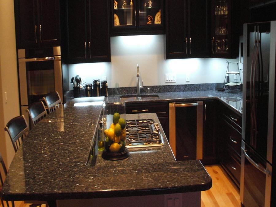 Cocina estilo clásico moderno con cubierta de granito