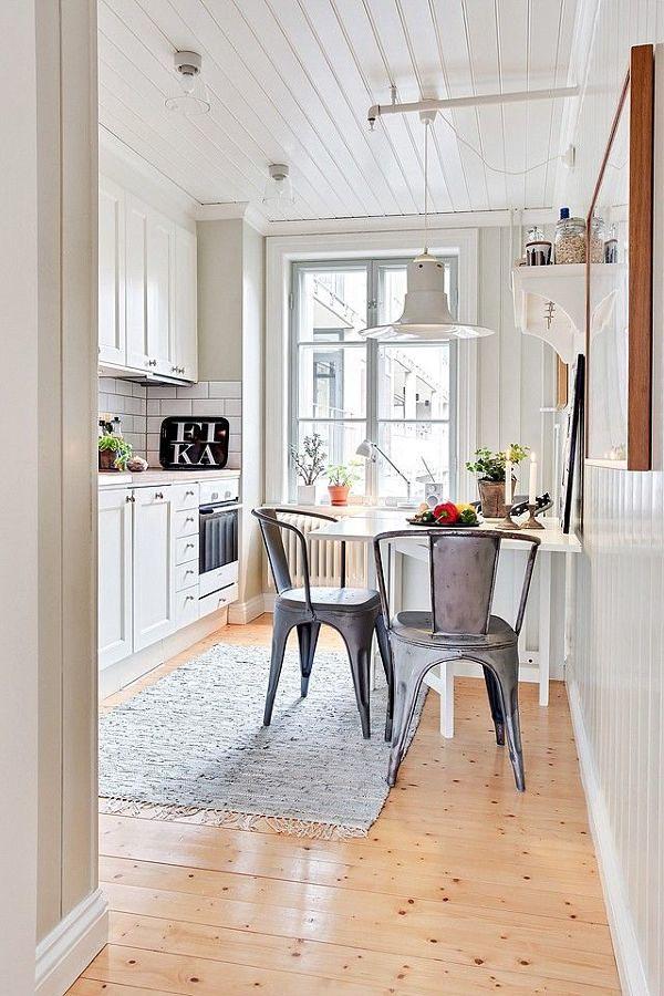 Cocina blanca con gran lámpara