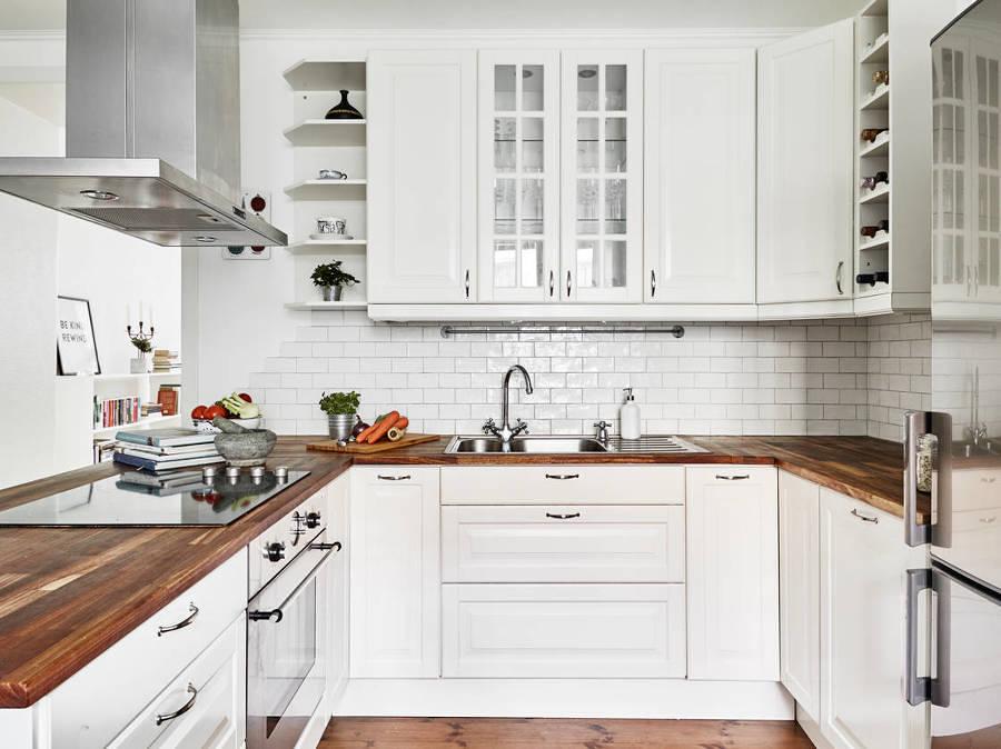 Cocina estilo nórdico con alacenas blancas