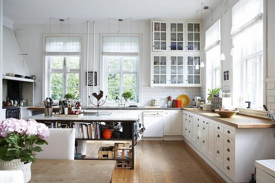 Cocina estilo nórdico con barra de madera