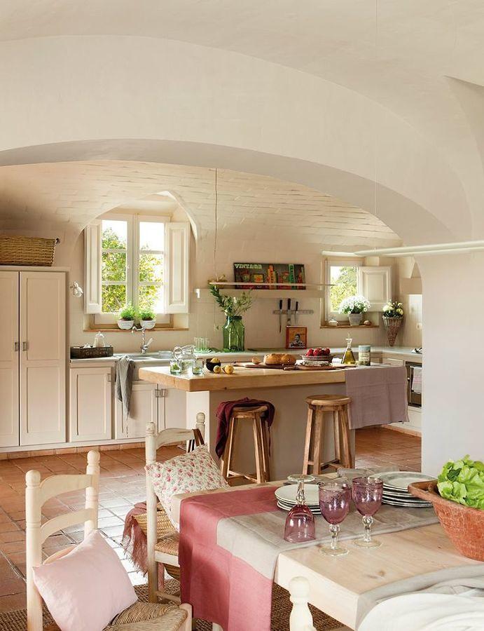 Cocina de estilo rústico con isla