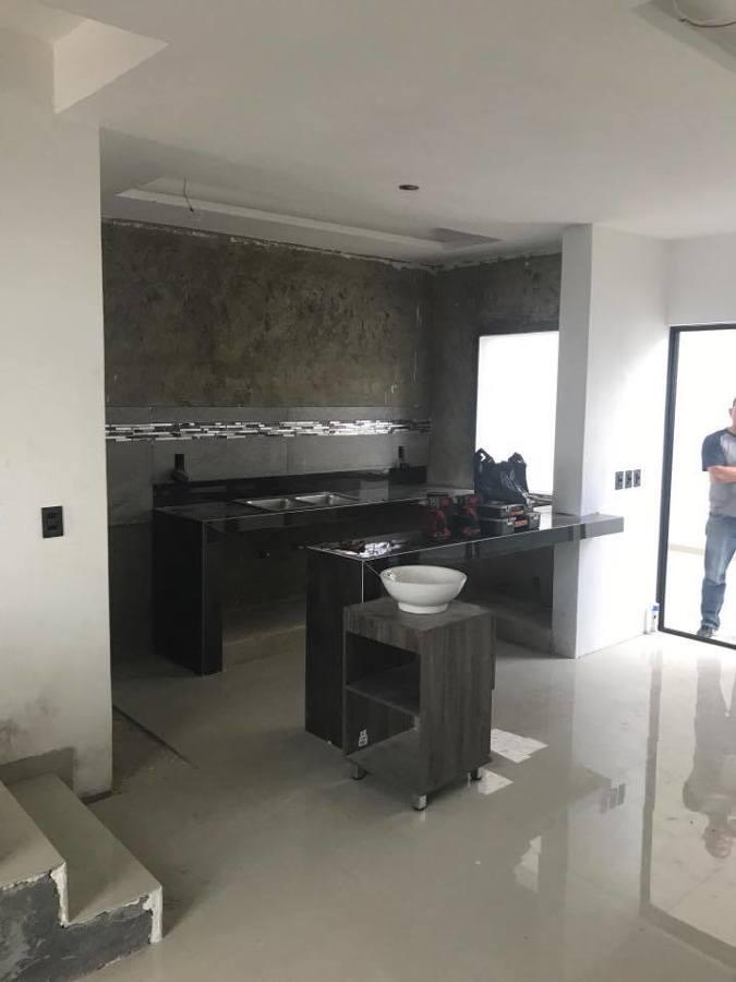 Foto cocina hecha con barra de concreto y porcelanato de for Cocinas en cemento