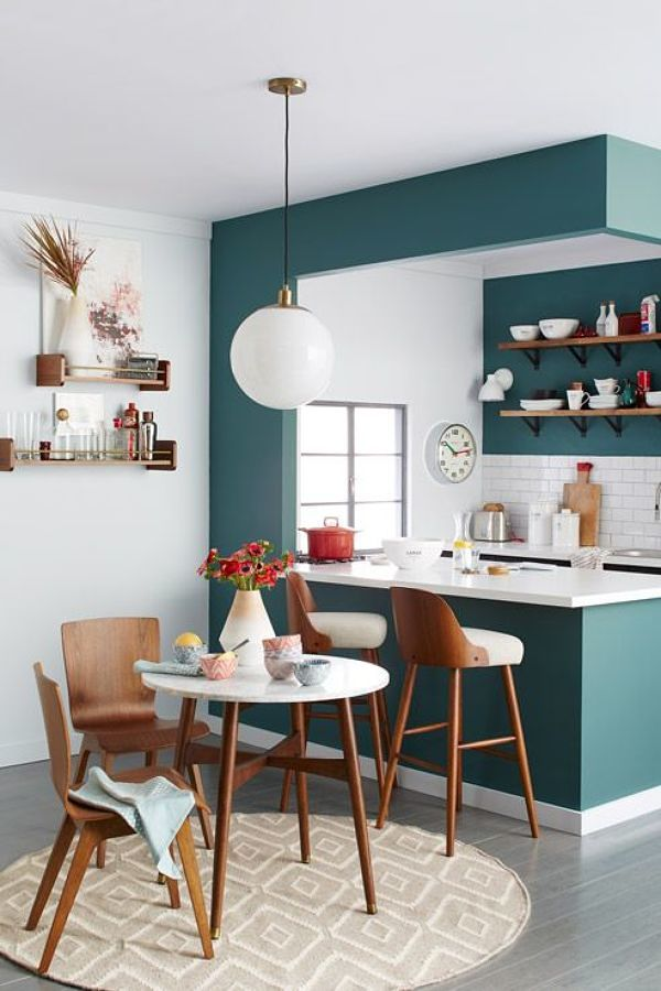 Cocina pequeña decorada con color