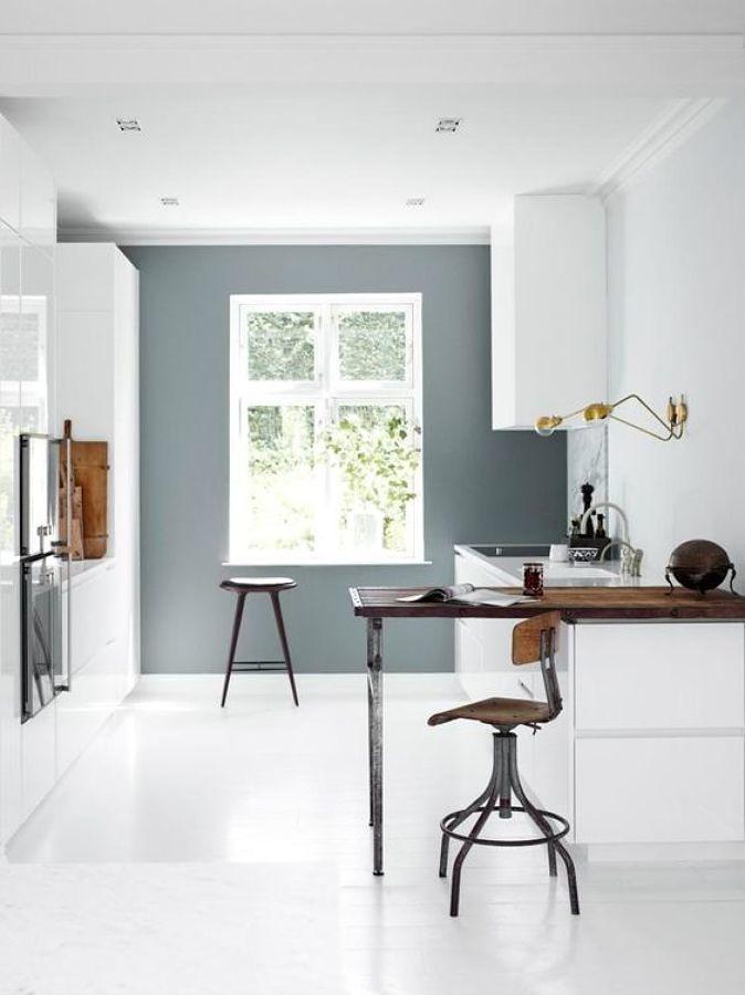 Cocina mini con paredes en distintos colores