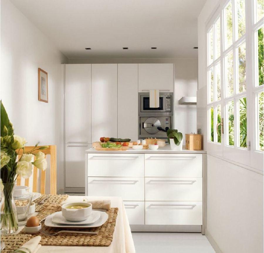 Cocina pequeña con isla en color blanco