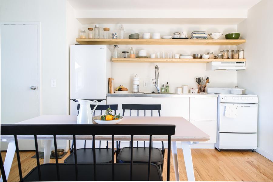 Cocina pequeña con pared pintada