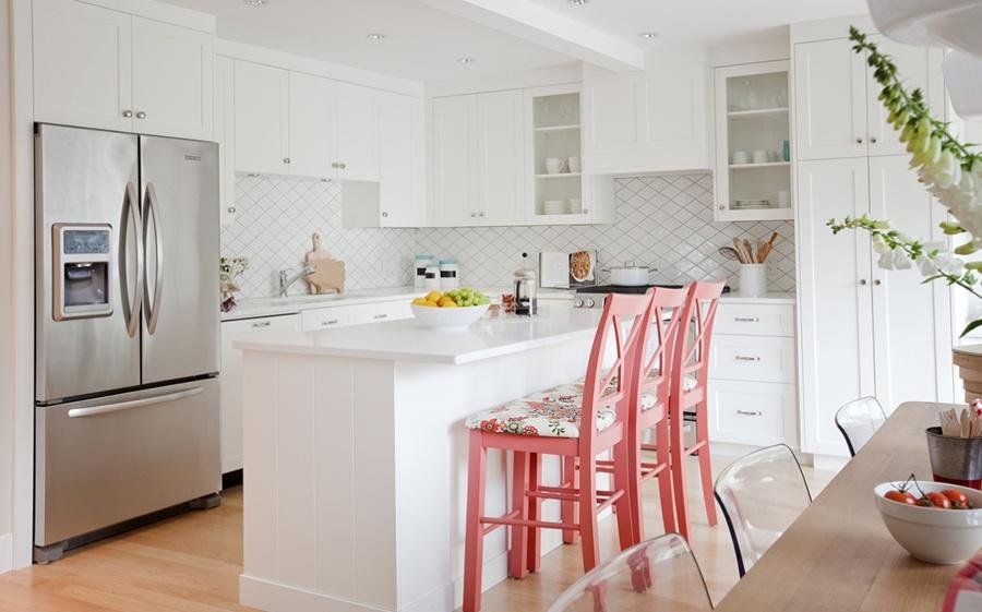Foto: Cocina Remodelada con Tonos Blancos y Sillas Color Coral ...