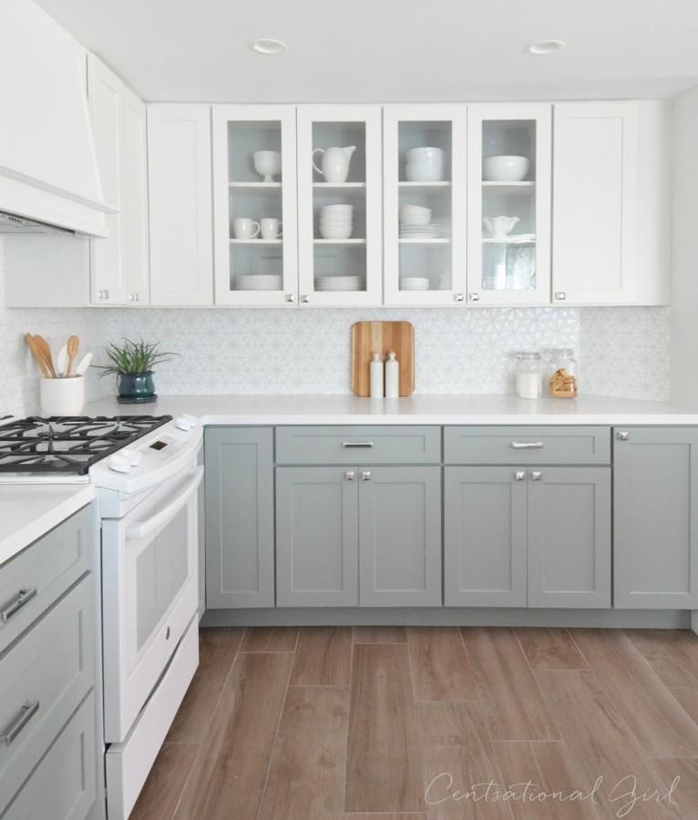 Cocina remodelada con muebles en dos colores y piso de madera