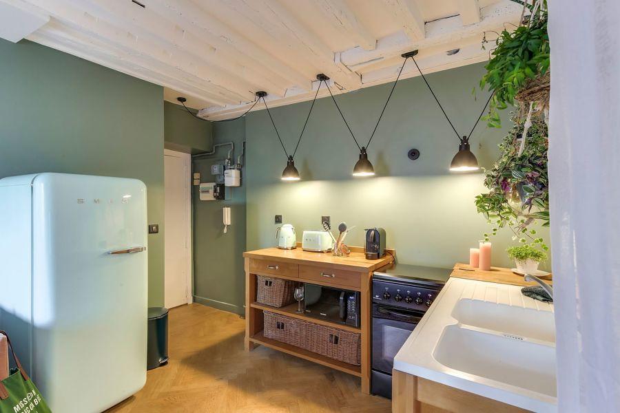 Foto cocina con paredes pintadas de verde y piso de - Cocinas pintadas fotos ...