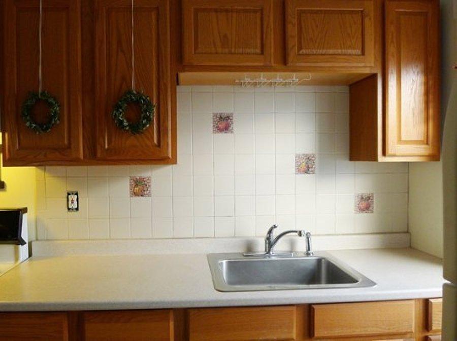 Cocina con alacenas de madera y azulejos