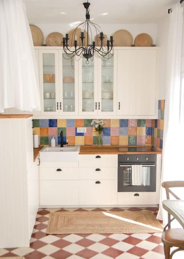 Cocina con pared de azulejos de colores