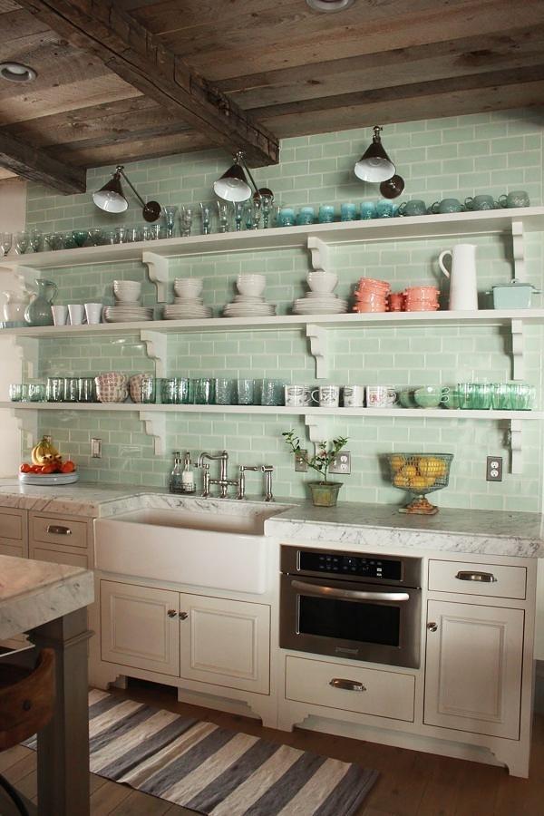Cocina Rústica Con Repisas Y Pared De Azulejos