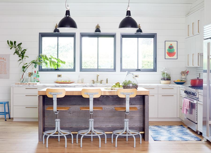 cocina blanca con ventanas