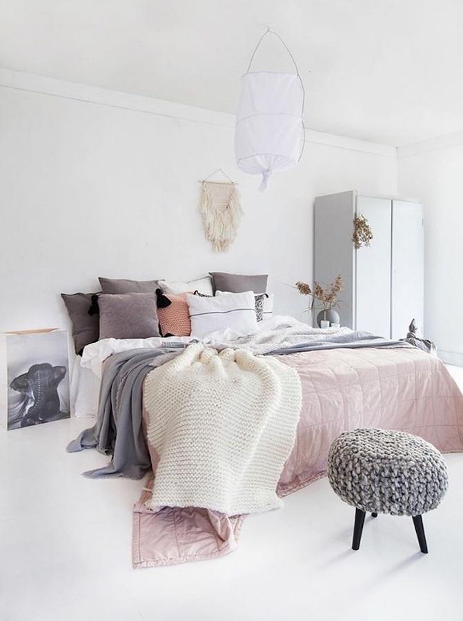 Cama con cojines y textiles estilo nórdico