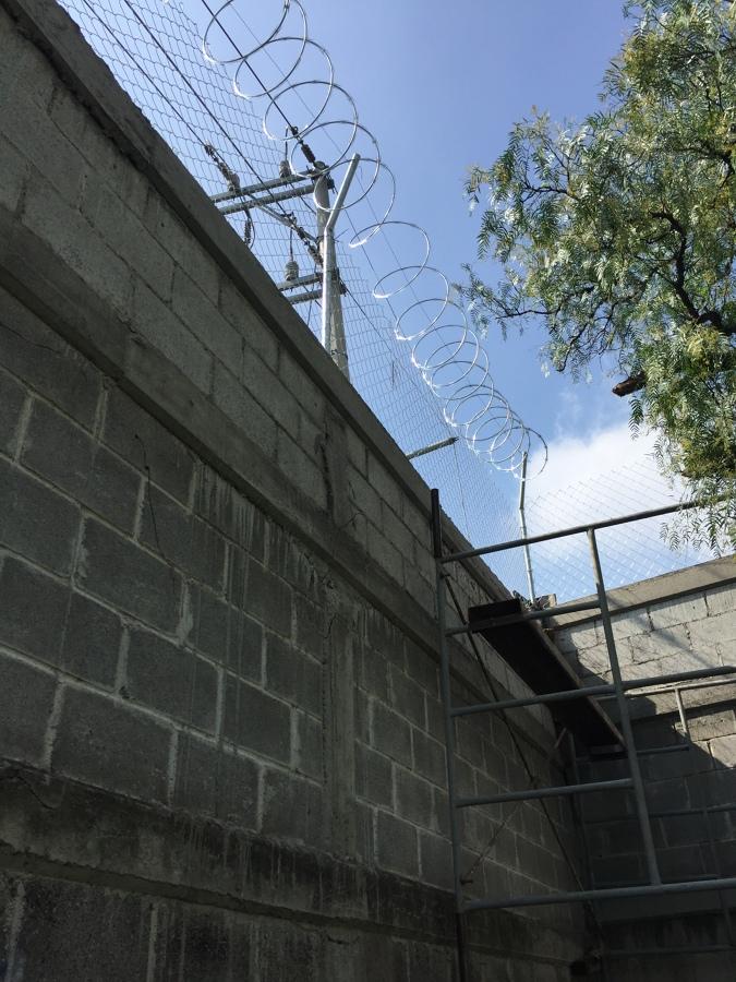 Construcci n de muro de block y colocaci n de malla con for Malla de construccion