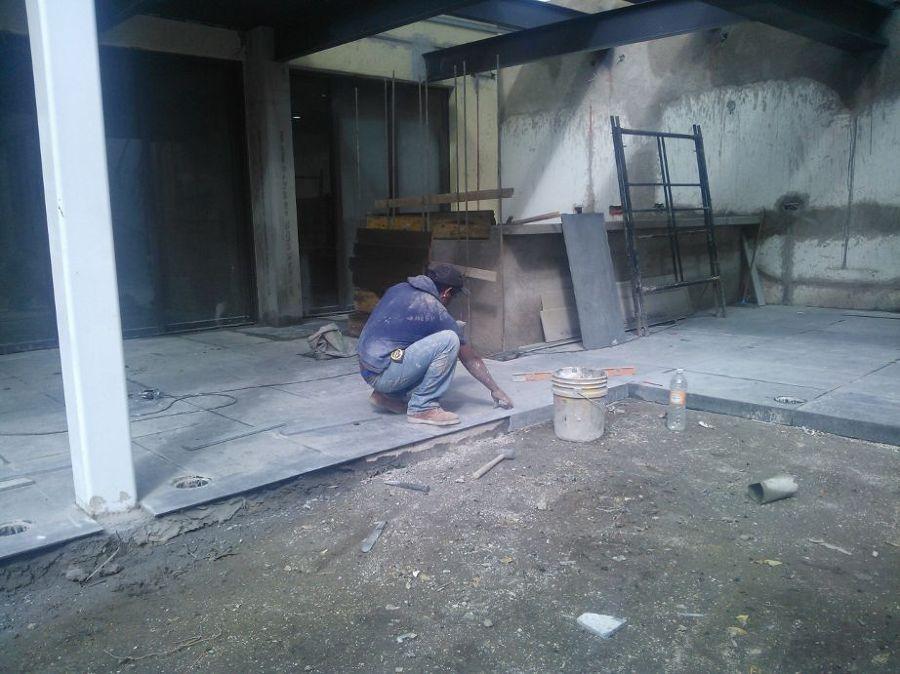 Colocación de piso en pasillo