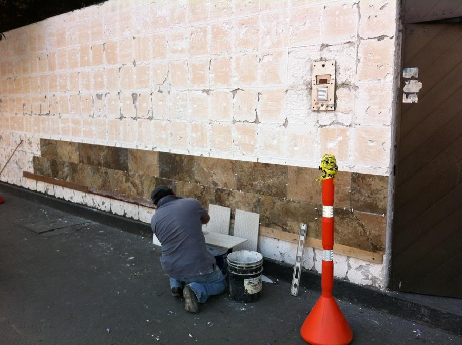 Colocación de porcelanato en fachada.