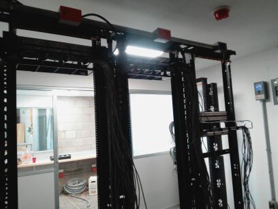 colocacion de racks en cuarto de sistemas