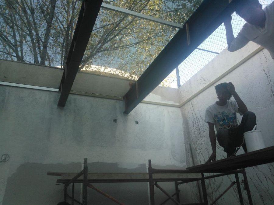 Colocación de vidrio en pérgola