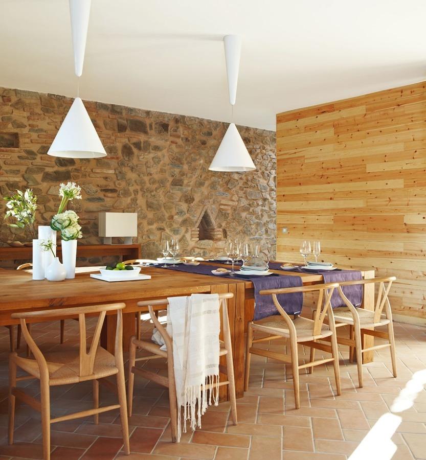 Comedor con decoración de piedra y madera