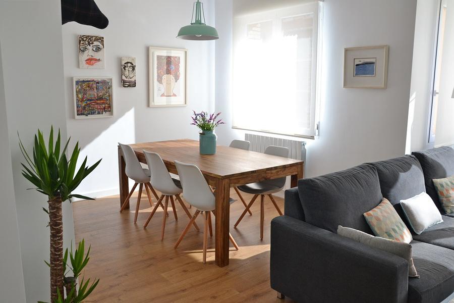 Comedor decorado con plantas y cuadros