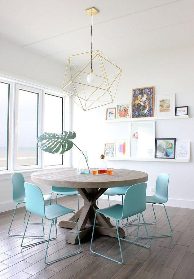 Comedor con mesa redonda y sillas color aqua