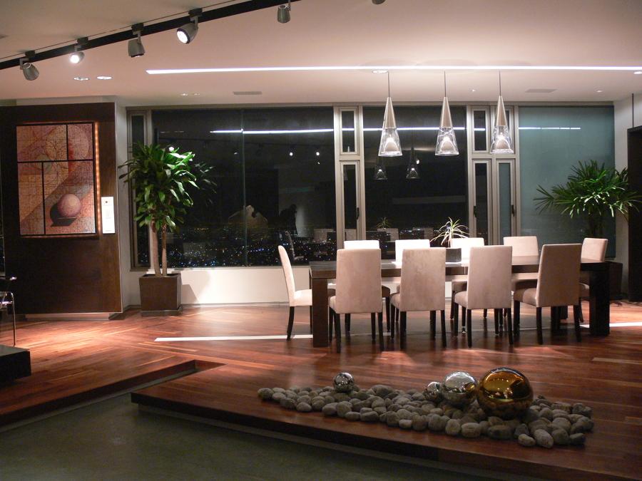 Foto comedor con jerarqu a iluminaci n led y madera de - Iluminacion para cocina comedor ...