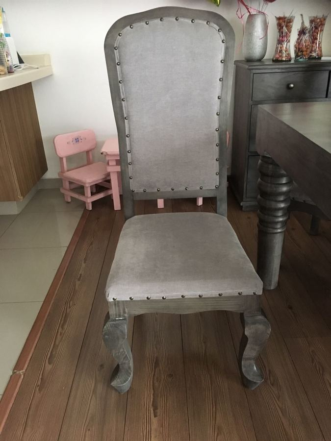 Foto comedor en madera color gris silla de mantenimiento for Sillas comedor color gris