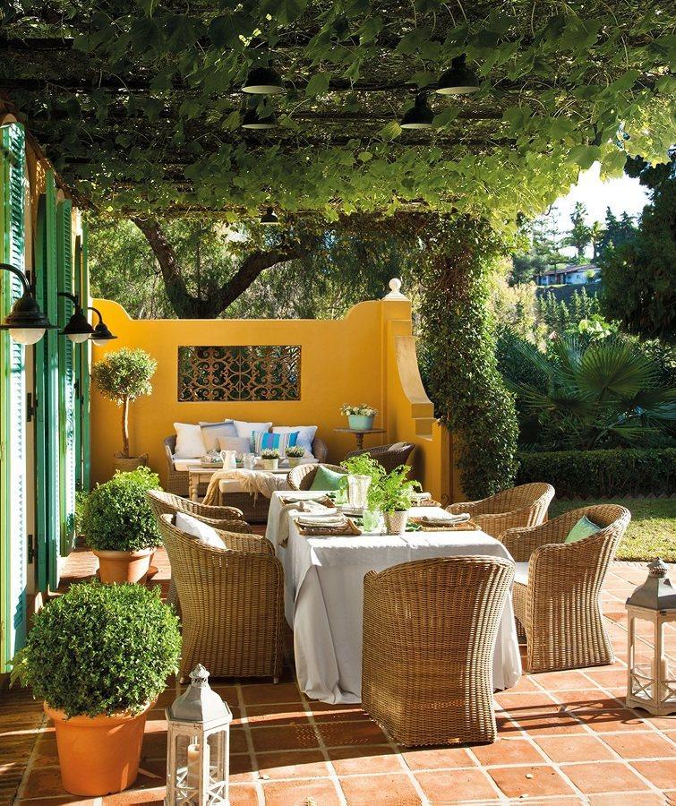 Comedor en el jardín con piso de azulejos