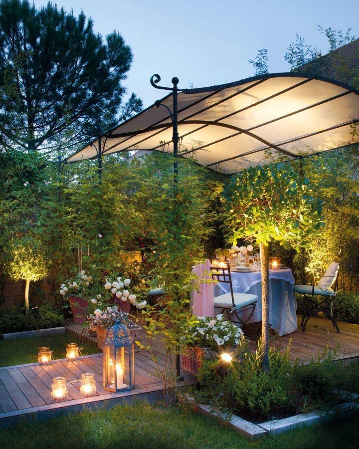 Comedor en el jardín iluminado con velas