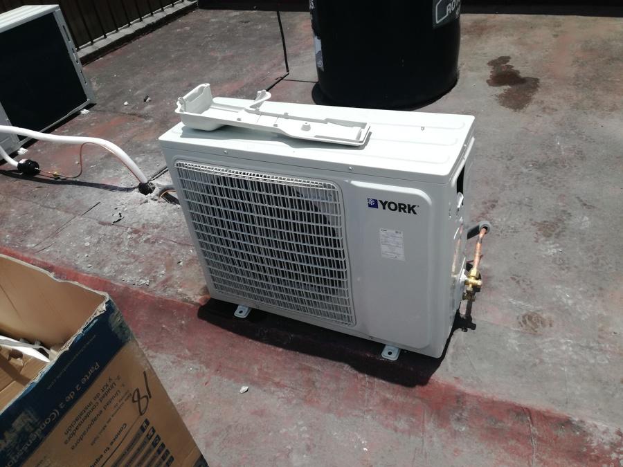 Condensadores instalados a punto de pruebas