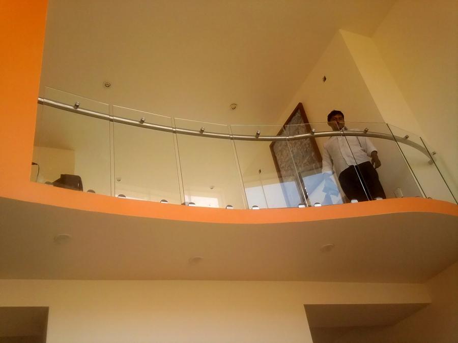 conectores con vidrio templado y pasamanos de acero inoxidable