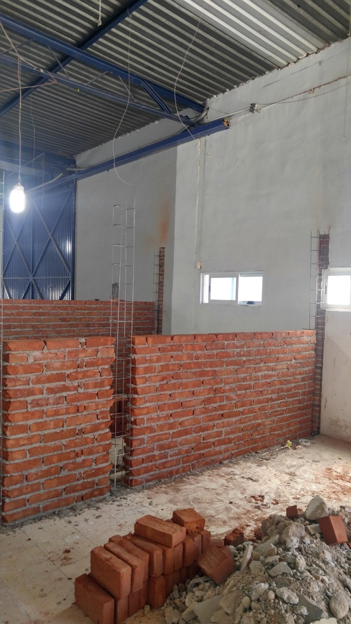 Foto construcci n de muros con tabique rojo de grupo for Caseton puerta corredera precios