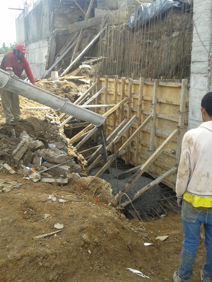 Foto construccion de muros de contencion a base de for Muro de concreto armado