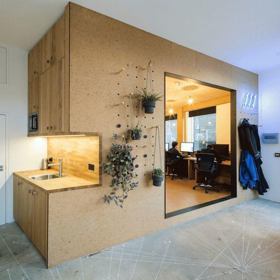 Revestimiento de corcho en la pared con decoración de plantas