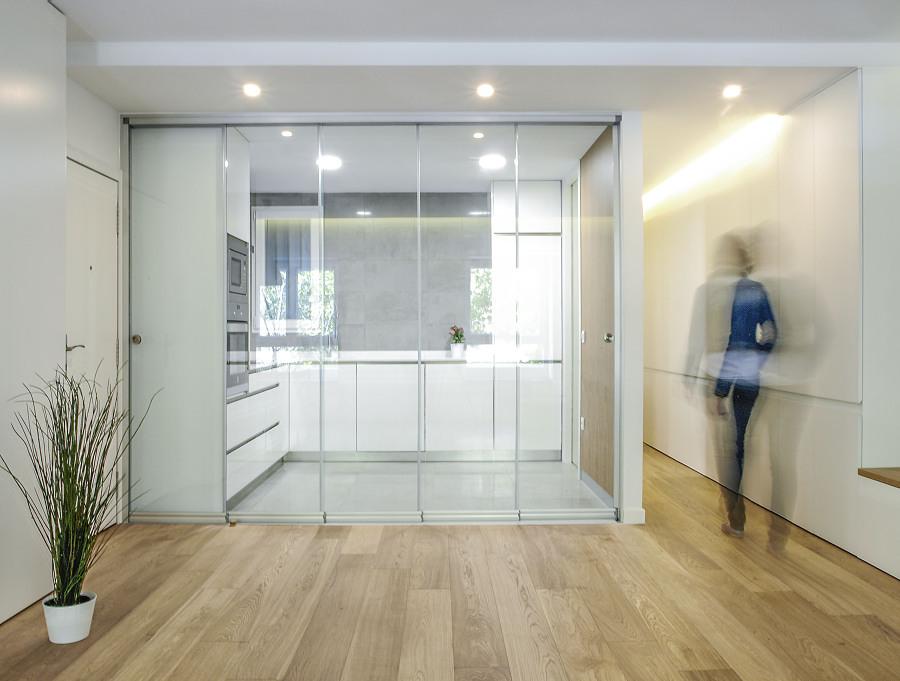 Cocina con puerta corrediza de vidrio