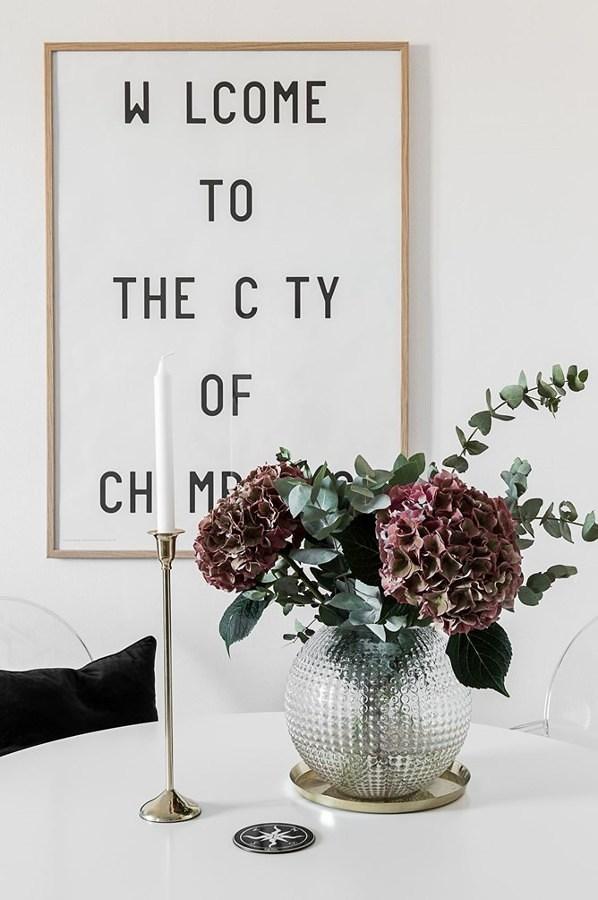 Decoración de cuadro con letras, planta y vela