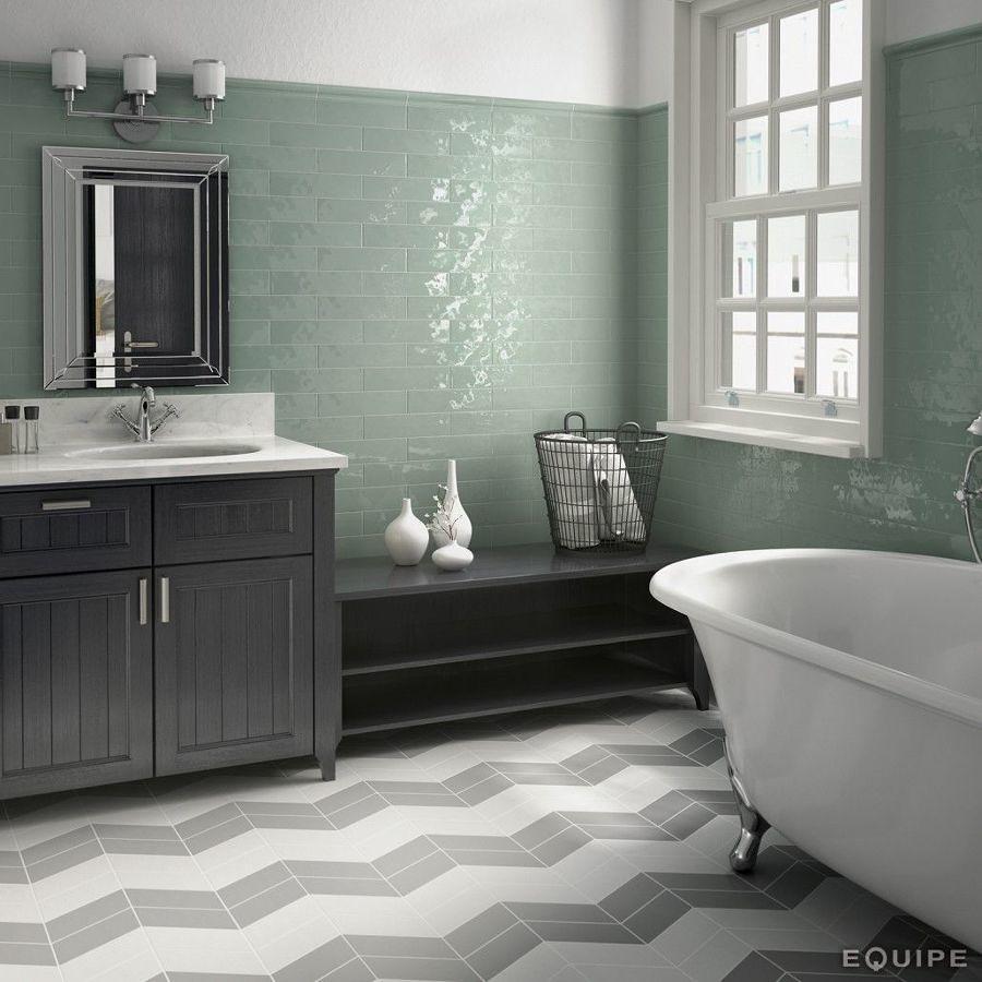 Cuarto de baño con azulejos de color verde agua con brillo