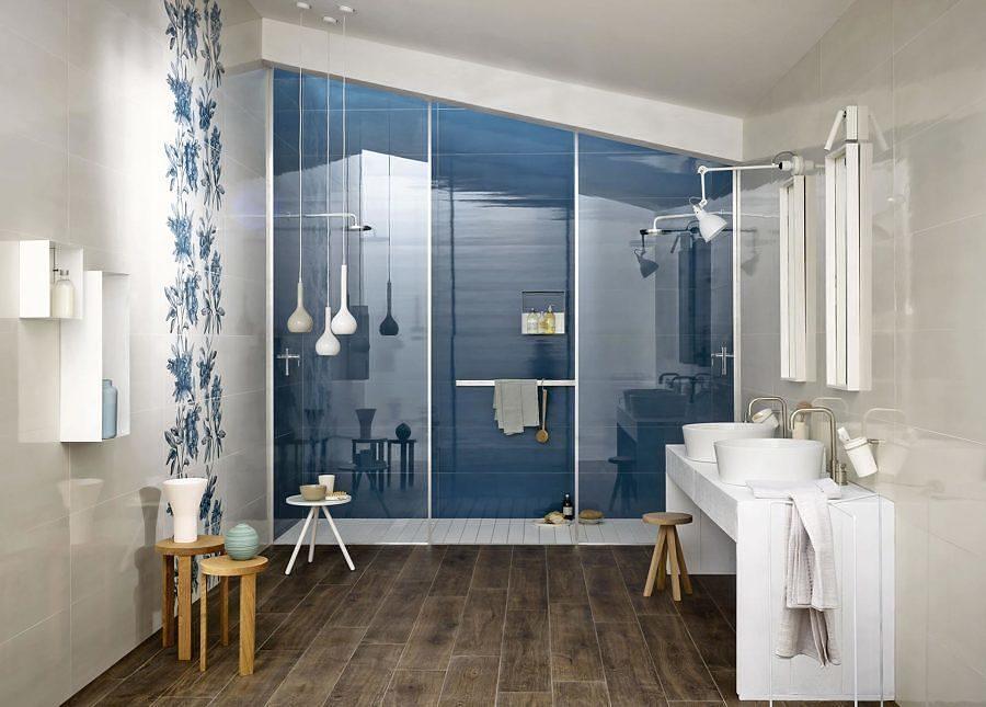 Baño con techo inclinado y regadera con azulejos azules