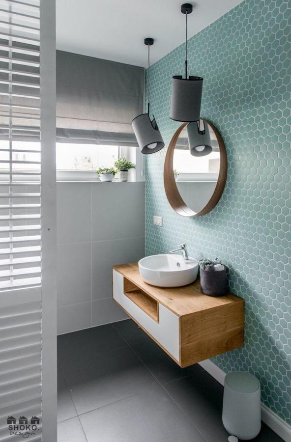 Cuarto de baño con pared de azulejos nido abeja en azul