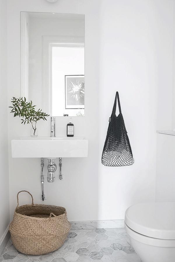 Baño con revestimientos claros
