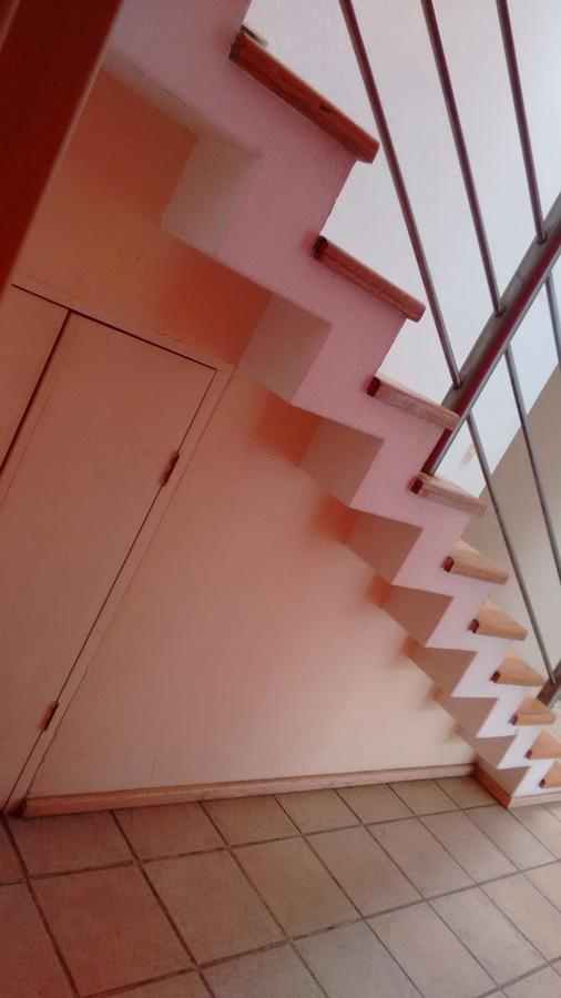 Cuarto de triques debajo de escaleras.