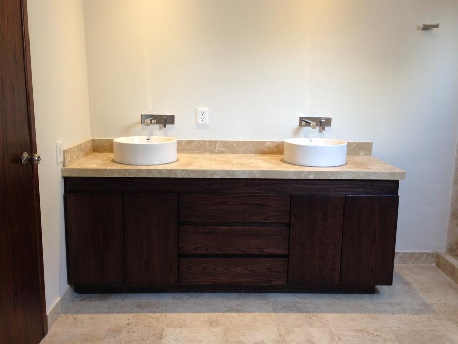 Foto cubierta con lavabos de sobreponer y monomando en for Ovalines para lavabo
